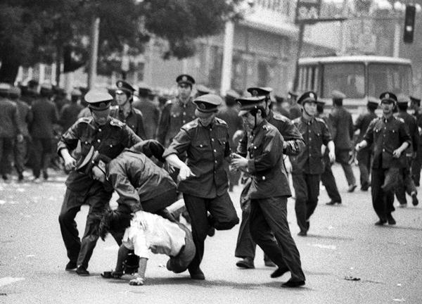 MASSACRI OSCURATI - 30 anni fa quello di Piazza Tienanmen - Scomunicando