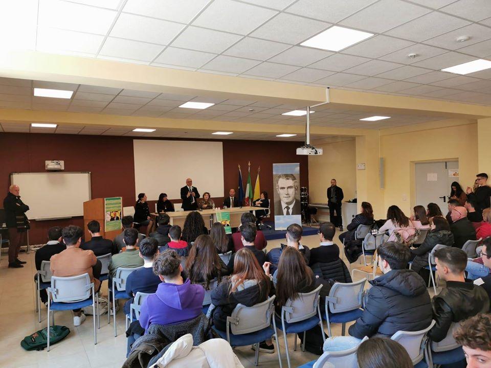 """PARLANDO DI LEGALITA' E COSTITUZIONE – Antoci incontra gli studenti del """"Torricelli"""" di Sant'Agata M.llo"""
